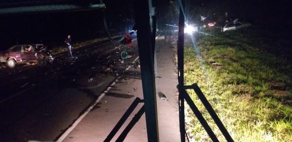 Destroços ficaram espalhados na pista da vicinal que dá acesso à Rodovia Marechal Rondon — Foto: Izzo Soares/Arquivo pessoal
