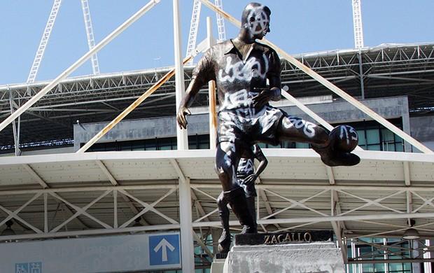 zagallo estatua botafogo engenhão pichada (Foto: Thiago Lara/O Dia)