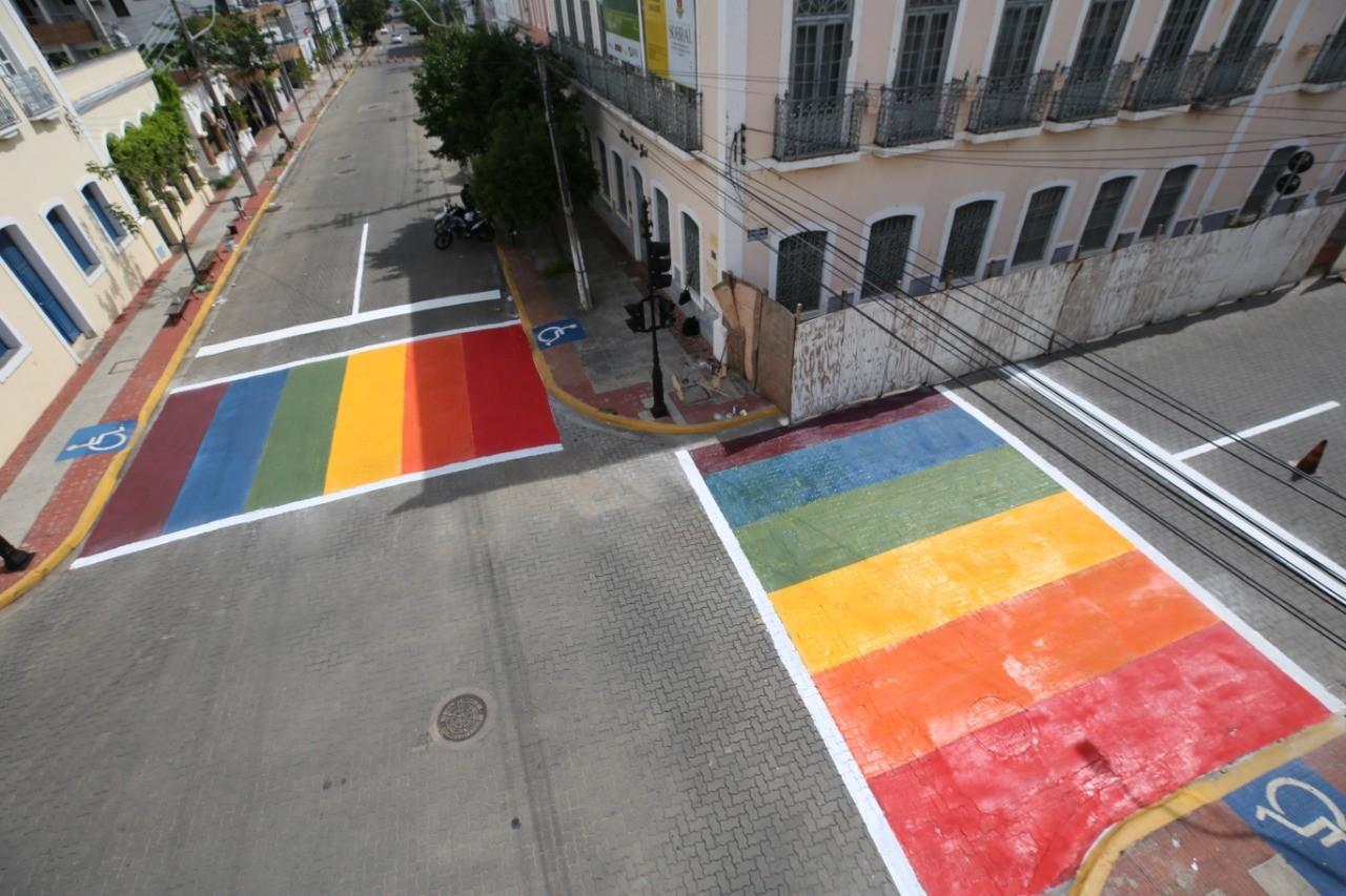 Ruas de Sobral, no CE, ganham faixas de pedestre nas cores do arco-íris em apoio à luta contra a discriminação de gênero