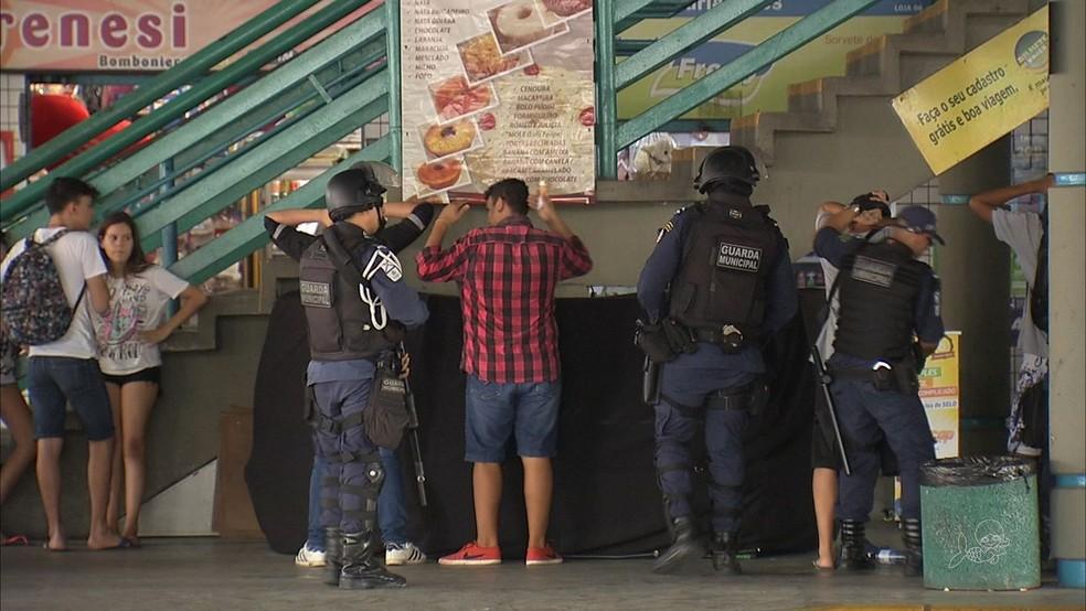 Guarda fez revista no terminal  de ônibus do Bairro Parangaba no domingo. (Foto: TV Verdes Mares/Reprodução)