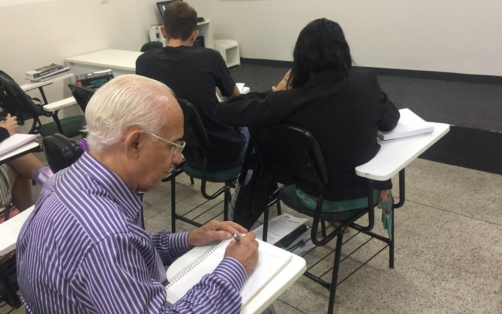 Idoso estuda para ser aprovado na primeira fase da prova da OAB, em Goiânia — Foto: Lis Lopes/G1 GO