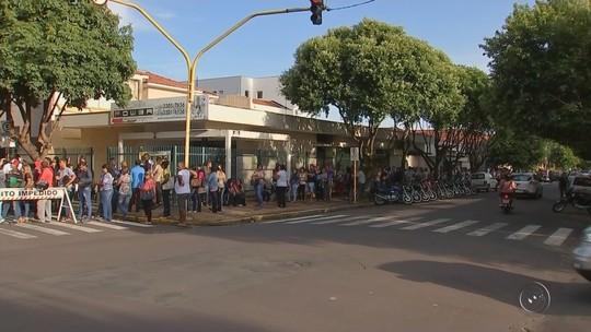 Mais de 3 mil pessoas enfrentam fila para concorrer a vagas de emprego em feirão
