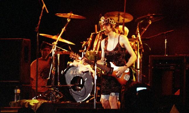 Durante apresentação na Praça da Apoteose, Kurt chegou a cantar usando um vestido preto justo