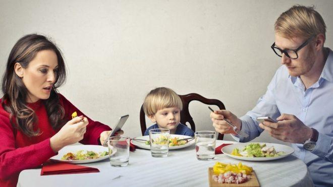 Pesquisa mostrou que as crianças querem que os pais gastem menos tempo no celular e mais tempo conversando com elas (Foto: GETTY IMAGES/via BBC News Brasil)