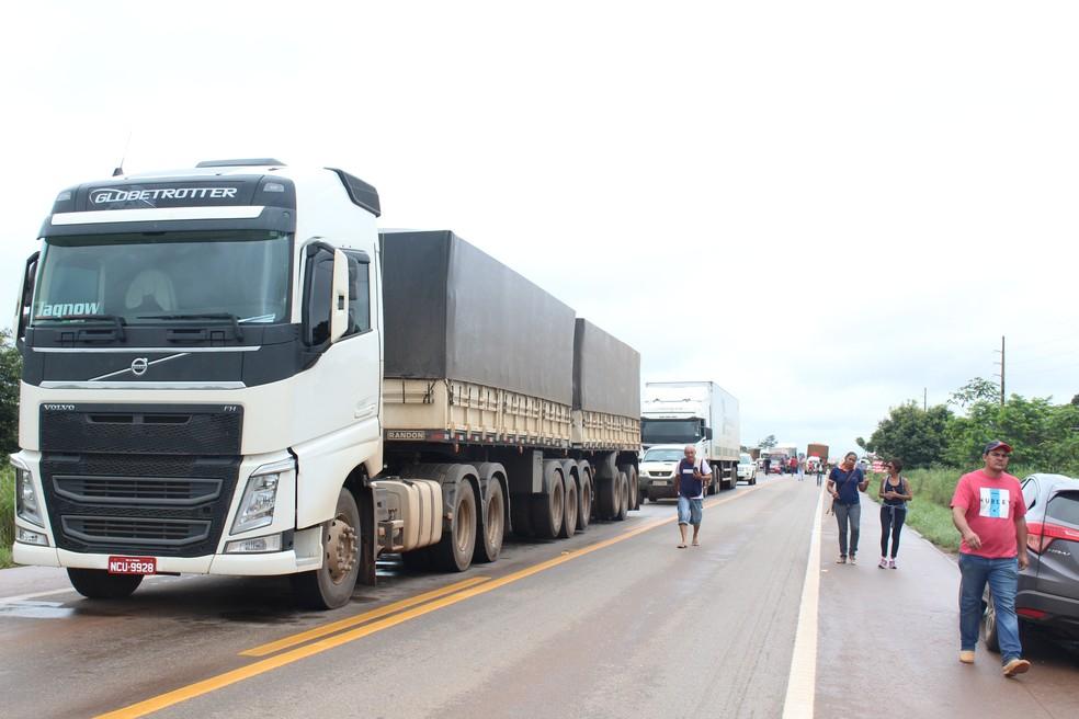Congestionamento de veículos de seis quilômetros é causado pelo bloqueio da BR 364 de Candeias do Jamari para Ariquemes (Foto: Hosana Morais/G1)