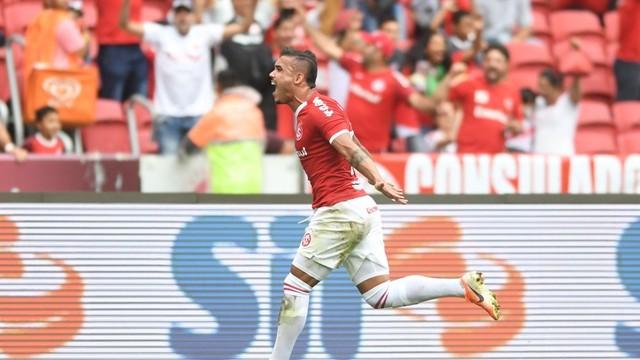 Pottker comemora 2º gol do Inter contra o Fluminense