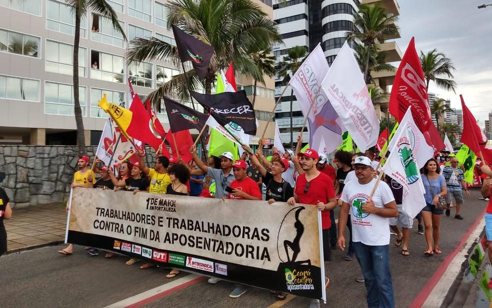 Concentração aconteceu próximo ao espigão da Avenida Rui Barbosa, na Praia de Iracema — Foto: Renato Bezerra