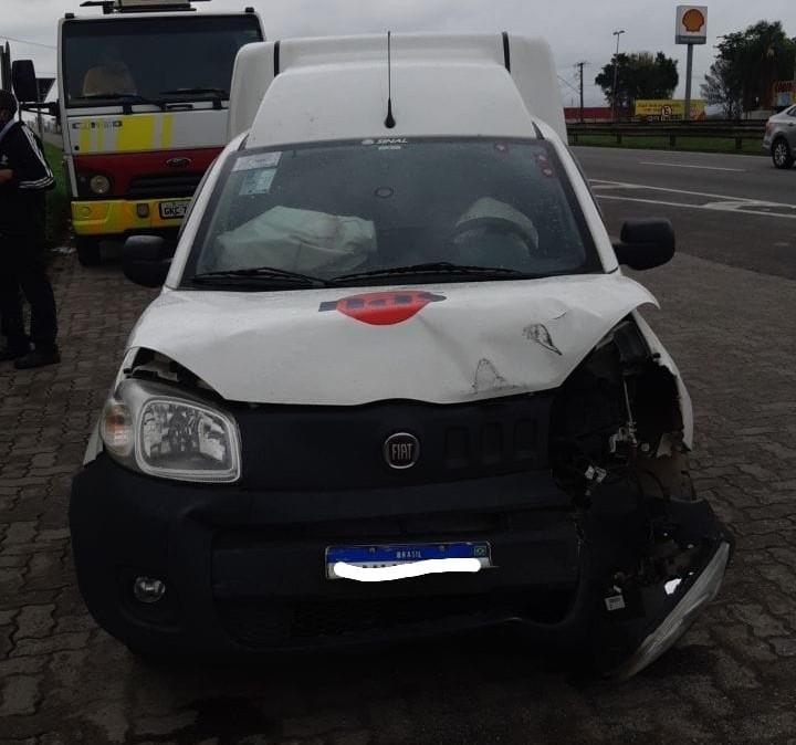 Motorista fica ferido depois de bater na traseira de carreta na Via Dutra, em Resende