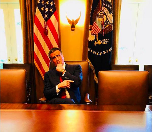 O ator Sylvester Stallone à espera de Donald Trump dentro da Casa Branca (Foto: Instagram)