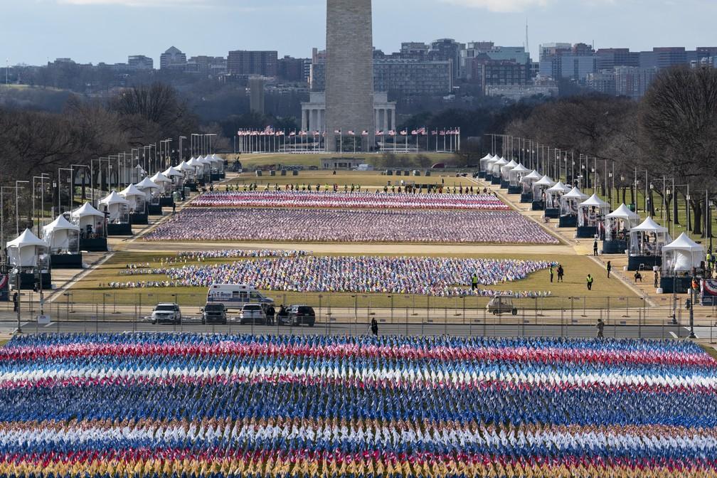 Equipe prepara o Passeio Nacional com 200 mil bandeiras americanas para a posse de Joe Biden, em foto de 18 de janeiro de 2021 — Foto: Alex Brandon/AP