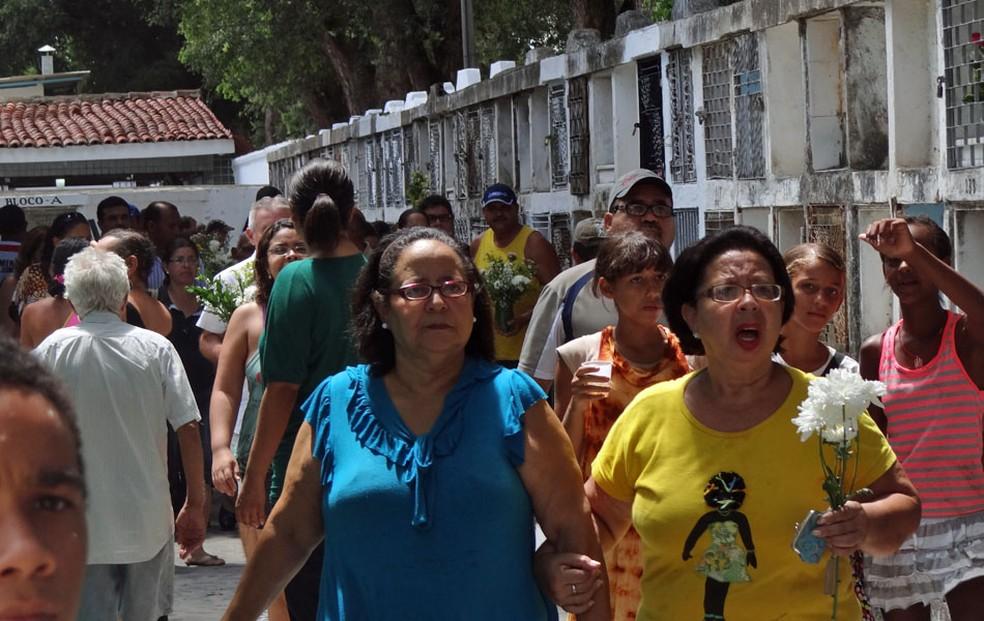 Cerca de 50 mil pessoas são esperadas nos cinco cemitérios públicos do Recife nesta sexta-feira (2), Dia de Finados. — Foto: Katherine Coutinho/G1
