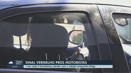 Multas por uso de celular no trânsito aumentam 12% em Araraquara neste ano