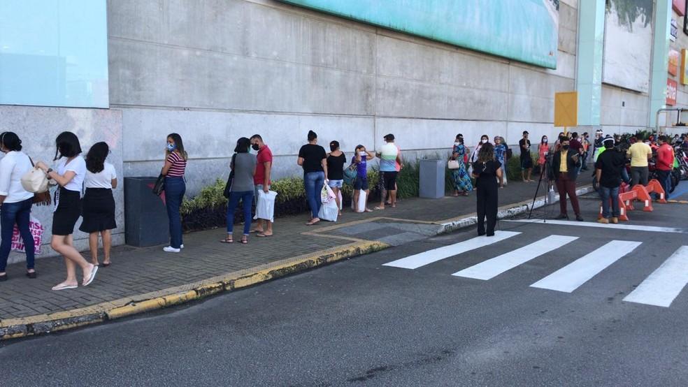 Natal, 28/07/2020 - Clientes aguardam em fila para entrar no shopping Midway Mall, em Natal — Foto: Kleber Teixeira/Inter TV Cabugi