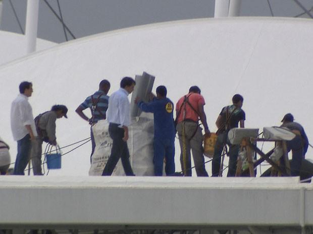 Parte de cobertura da Arena Fonte Nova rompe (Foto: Imagens / TV Bahia)