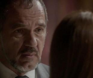 Na segunda (28), Germano (Humberto Martins) fica desnorteado com a notícia de que Lili (Vivianne Pasmanter) está grávida e com a possibilidade de o filho ser de Rafael (Daniel Rocha)   | TV Globo
