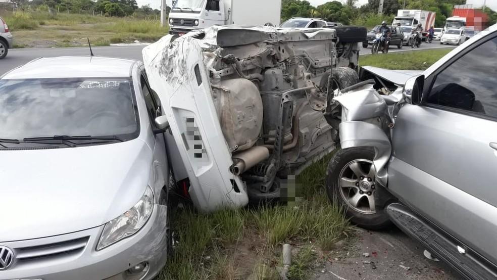 Carro capota e causa engavetamento na BR-101, no Grande Recife â?? Foto: PRF/Divulgação