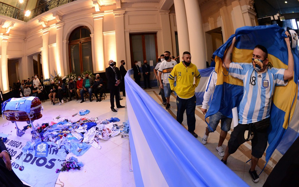 Torcedores se despedem de Maradona dentro da casa Rosada — Foto: Reuters