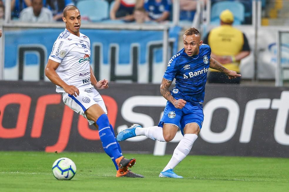 Everton participou dos dois gols gremistas — Foto: Lucas Uebel / Grêmio FBPA