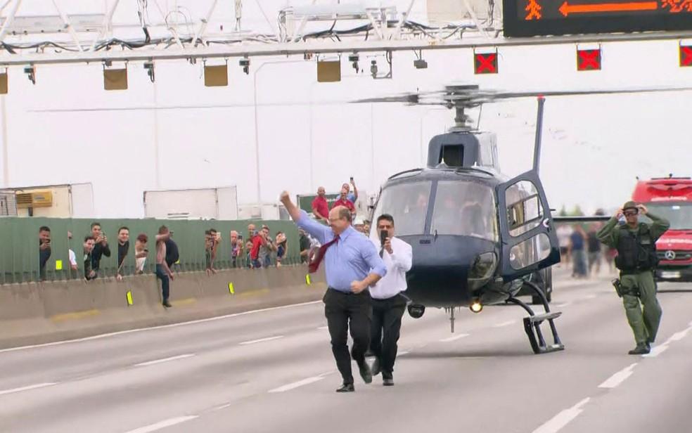 Governador do Rio de Janeiro, Wilson Witzel, chega à ponte Rio-Niterói após sequestrador de ônibus ser morto por atirador de elite nesta terça-feira (20) — Foto: Reprodução/TV Globo