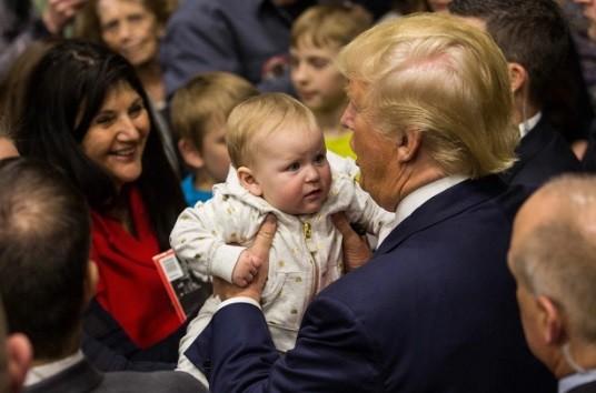 O magnata e um bebê em evento republicano