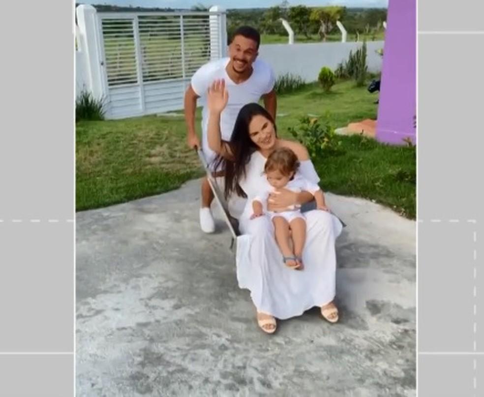 Mulher e bebê são levados em carro de mão no vídeo com paródia de tema de fim de ano da Globo — Foto: Reprodução