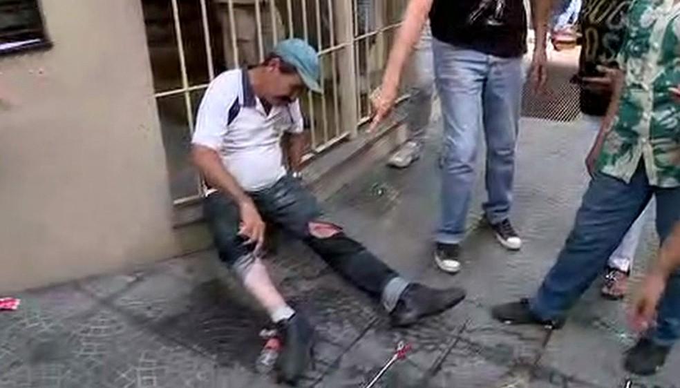 Senhor que passava pela Câmara Municipal de São Paulo é ferido. Ele disse que não participava da manifestação (Foto: Reprodução/TV Globo)