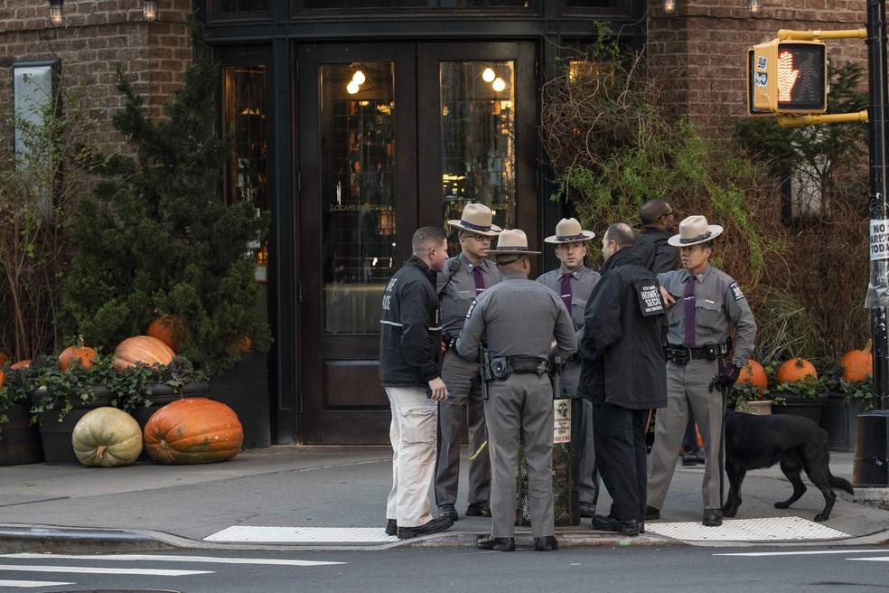 Policiais se reúnem em frente ao restaurante do ator Robert De Niro, em Nova York, nesta quinta-feira (25). Um pacote suspeito foi enviado ao imóvel onde também funciona a produtora do ator  — Foto: Drew Angerer / Getty Images America Do Norte / AFP