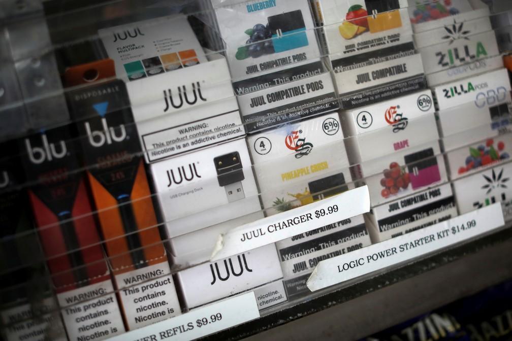Produtos para fumar cigarro eletrônico em um mostruário em Nova York — Foto: Mike Segar/Reuters