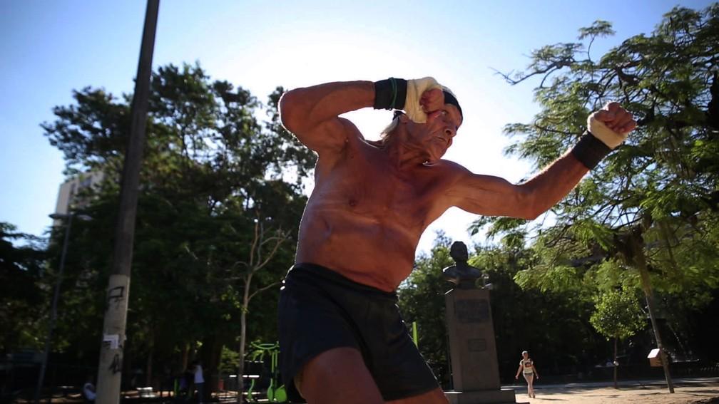 Robert treina na praça dos Cavalinhos, na Tijuca — Foto: Jorge Soares/G1