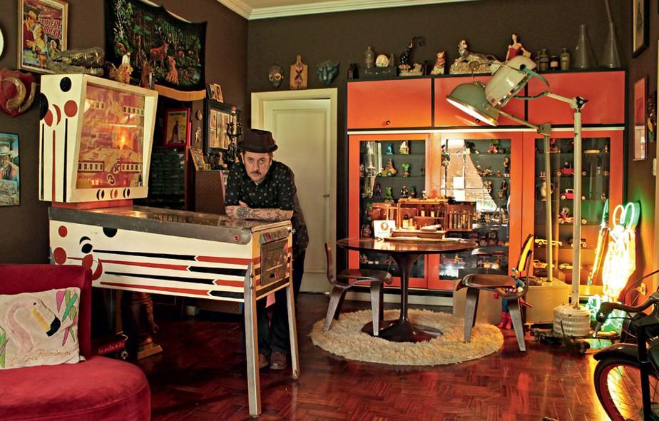 José Tibiriçá é dono de antiquário e vive atrás de objetos com história. Sua sala tem espaço para brinquedos antigos, entre eles um fliperama. Vermelho e tons escuros dominam a decoração