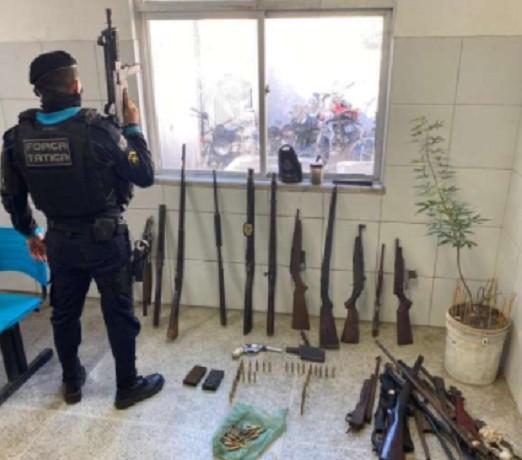 Dez armas de fogo e 151 munições são encontradas com homem com antecedentes criminais, em Fortaleza