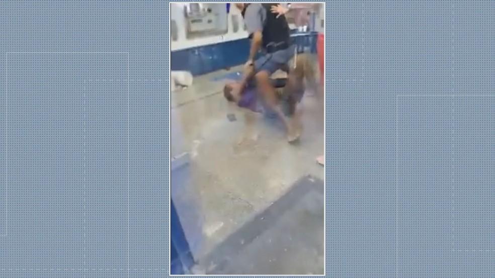 Abordagem violenta dentro da Caixa Econômica Federal em Cabo Frio — Foto: Reprodução/TV Globo