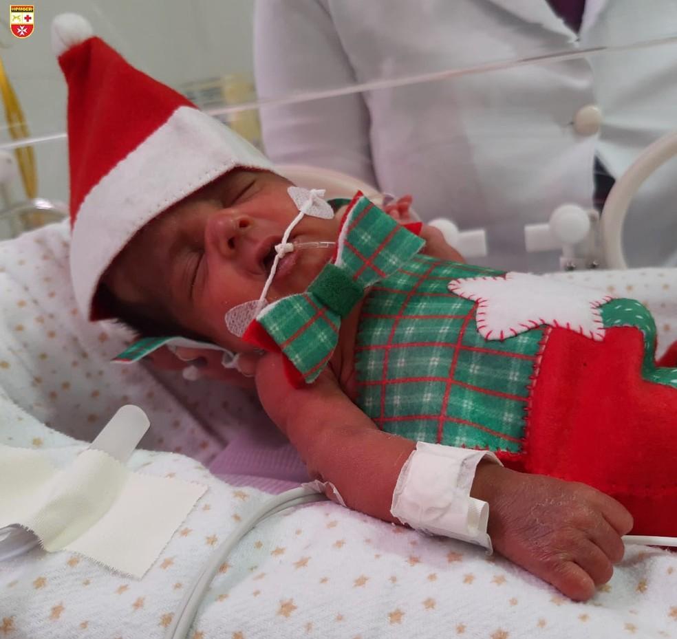 Bebês de UTI Neonatal de hospital em João Pessoa são vestidos com roupinhas natalinas  — Foto: Divulgação/Hospital da Polícia Militar