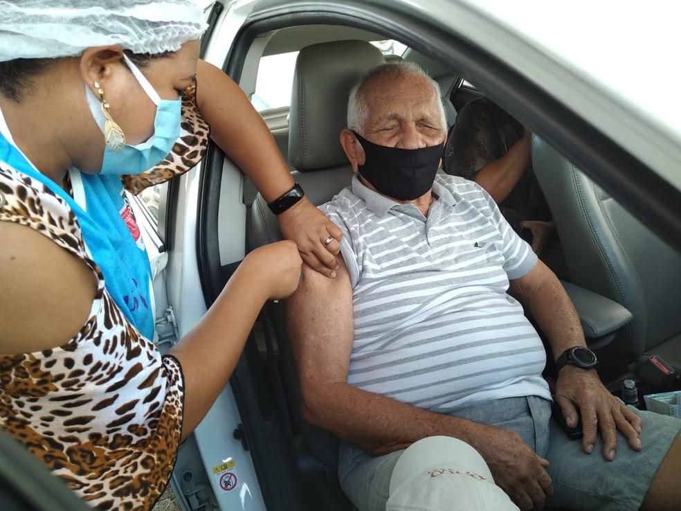 Vacinação de idosos acima de 90 anos contra a Covid-19, em ponto drive thru, em João Pessoa — Foto: Hebert Araújo/TV Cabo Branco