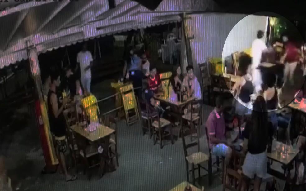 Vídeo flagra momento em que advogado atira e mata barbeiro em bar de Salvador — Foto: Arquivo pessoal