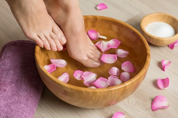 No seu spa day em casa, mergulhe os pés em uma bacia com água morna  (Foto: Thinkstock)