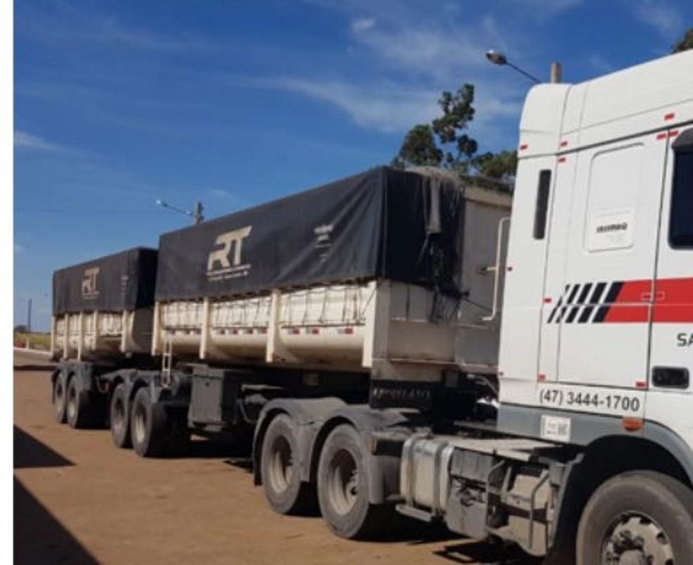 -  Caminhão com fertilizantes suspeitos de serem desviados foi apreendido em SC  Foto: Polícia Civil/Divulgação