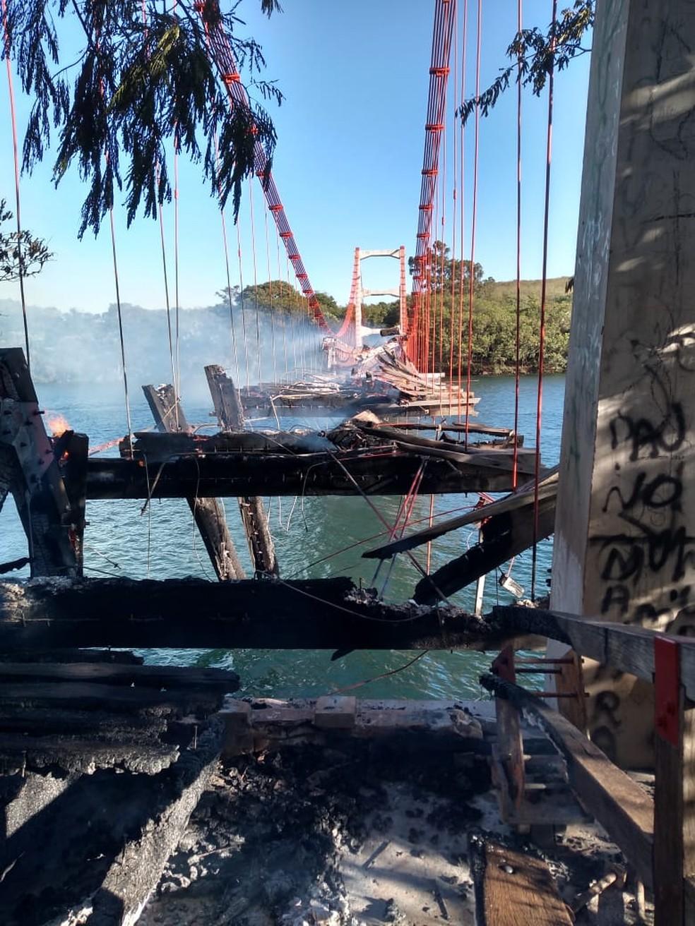 Estrutura de madeira que completa 100 anos no próximo dia 4 de dezembro ficou totalmente destruída no lado paranaense — Foto: Arquivo pessoal