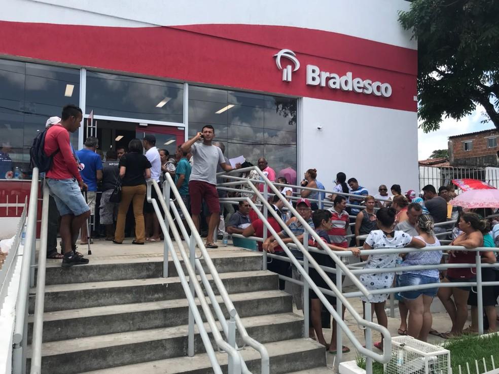 Após 15 dias fechada por causa de greve de vigilantes, agência bancária ficou superlotada na manhã desta quarta-feira (14) (Foto: Kleber Teixeira/Inter TV Cabugi)
