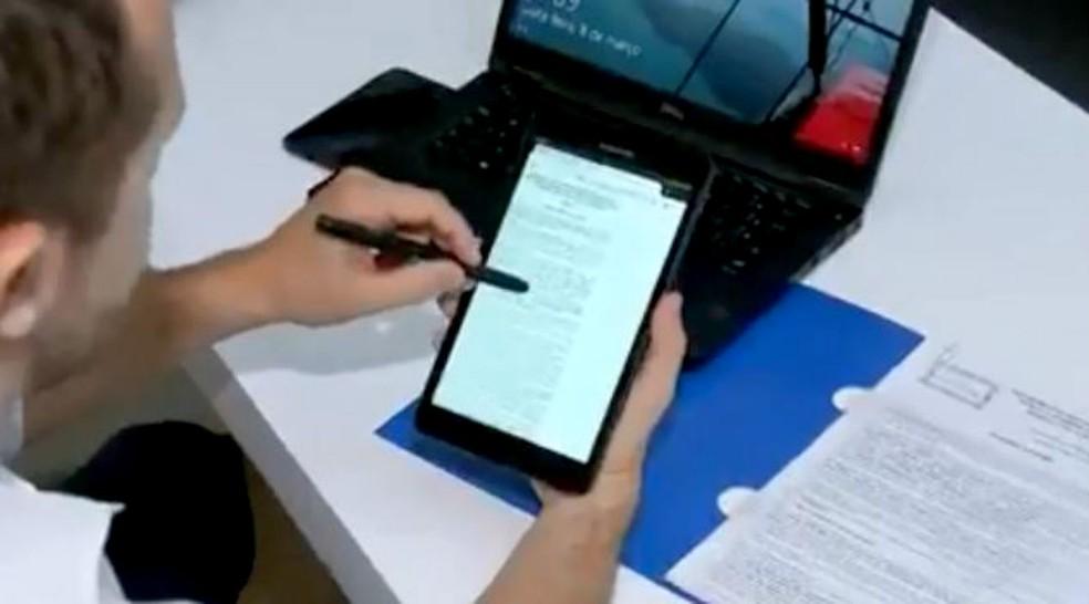 Na área administrativa, incorporadora propõe substituir contratos de papel por versões                eletrônicas: combate ao desperdício de recursos naturais — Foto: TV TEM/Reprodução