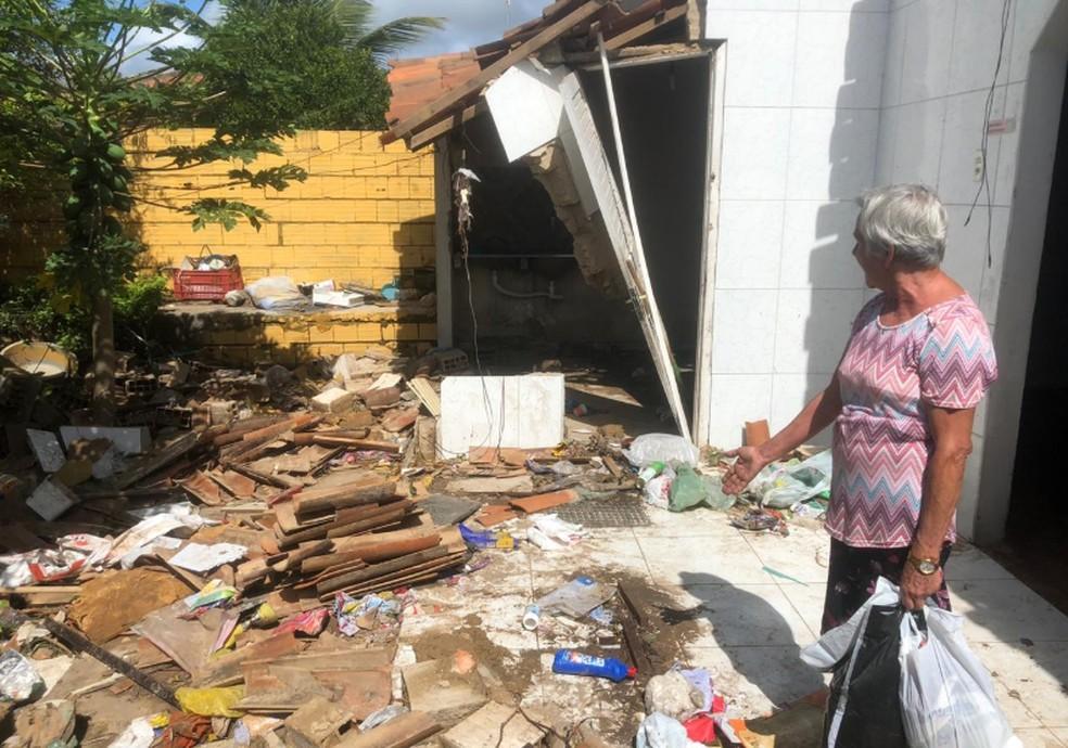 Dona de casa, Zilma Fernandes perdeu tudo, pois a água invadiu a sua casa. — Foto: Mateus Ferreira/TV Verdes Mares