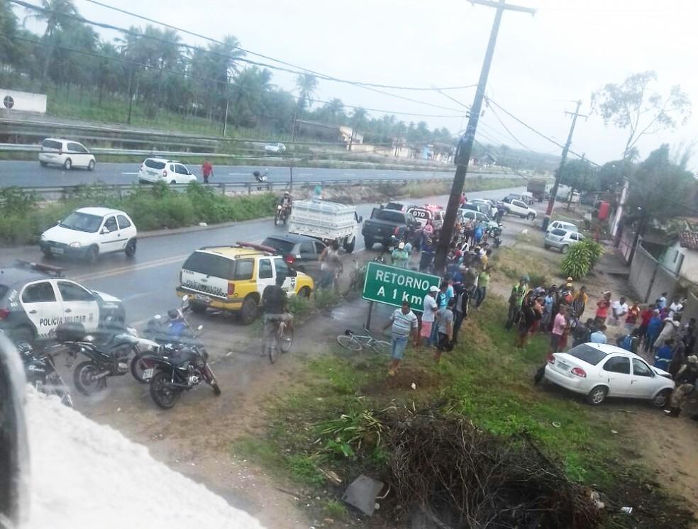 Após bater em um carro, moto ainda colidiu contra o muro de uma casa (Foto: Divulgação/PM)