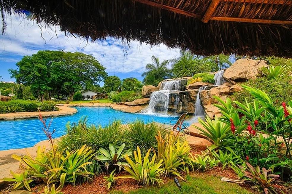 Piscina de cascata para adultos e crianças é um dos atrativos de hotel em Itaúna (Foto: Divulgação/Hotel Fazenda Granja Glória)