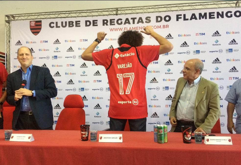 Anderson Varejão na apresentação no Flamengo (Foto: Twitter/Time Flamengo)
