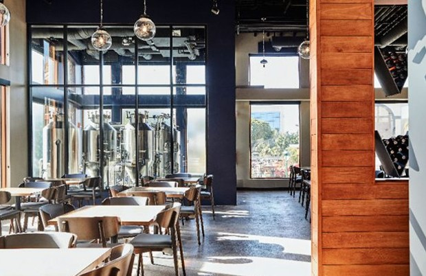 Salão principal da cervejaria Ballast Point na Disney Califórnia (Foto: Ballast Point Brewpub/ Reprodução)
