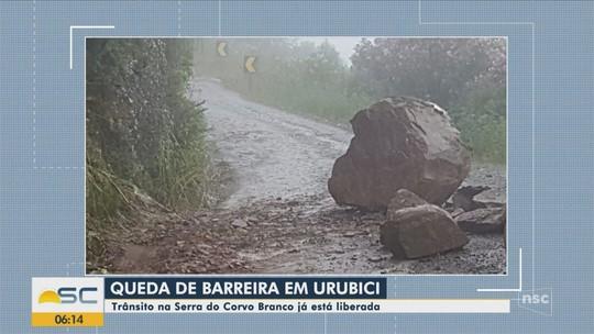 Após queda de barreira, trânsito é liberado na Serra do Corvo Branco, em SC
