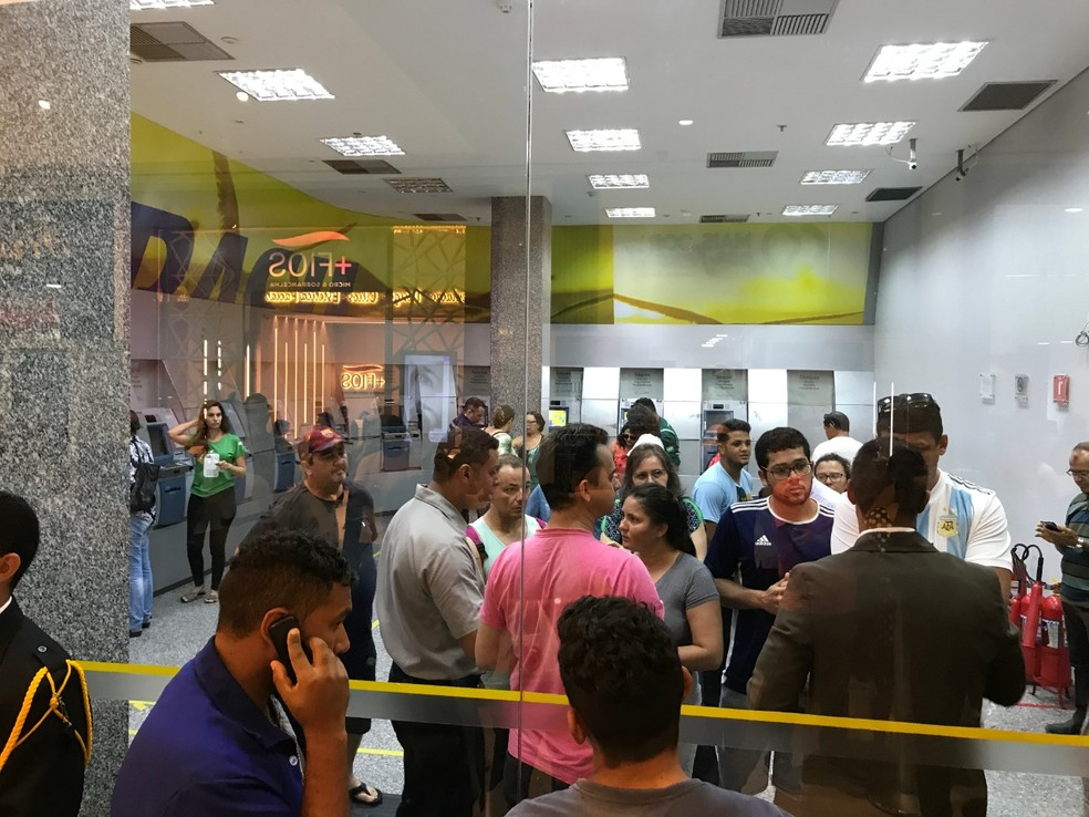 Bombeiros e seguranças do shopping ajudaram a destravar a porta — Foto: Lucas Cortez/Inter TV Cabugi
