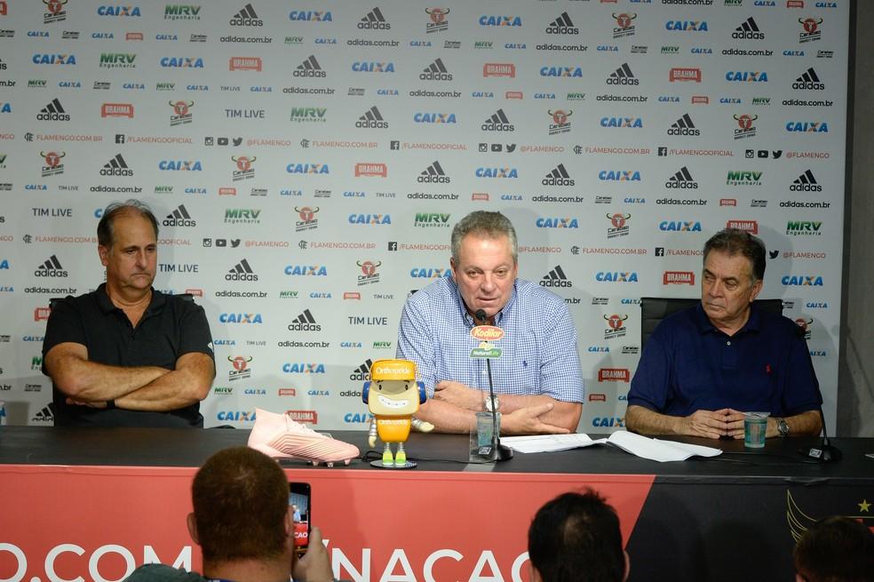 Abel ficou entre Carlos Nova e Paulo Pelaipe durante a coletiva — Foto: Alexandre Vidal/Flamengo