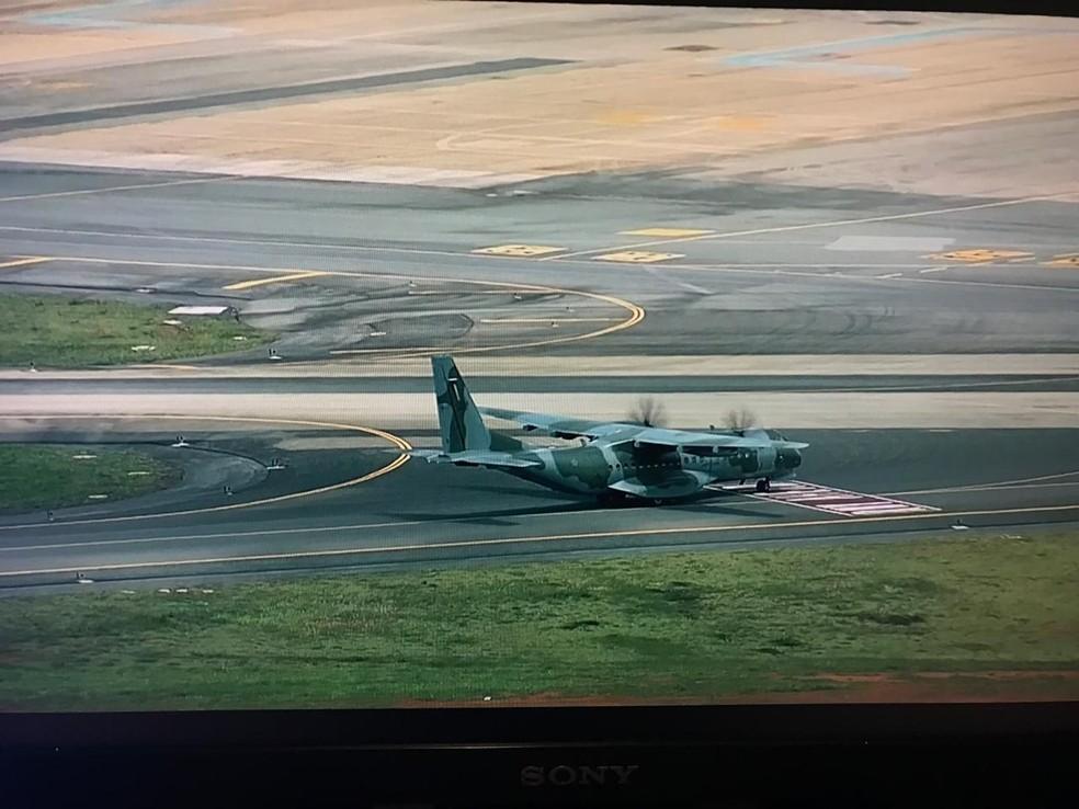 Avião da Força Aérea Brasileira, trazendo Marcola para a Penitenciária Federal de Brasília pousa no DF — Foto: TV Globo/Reprodução