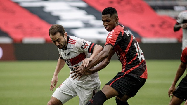 Everton Ribeiro, do Flamengo, é marcado por Abner, do Athletico